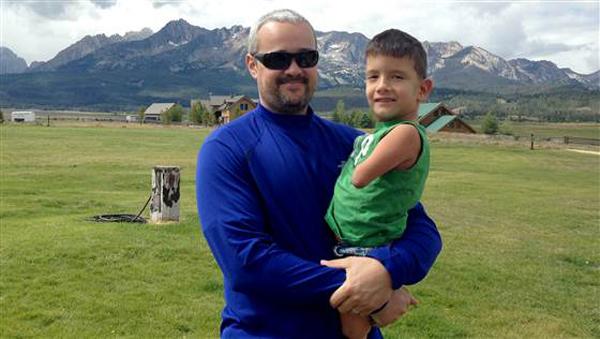 Cậu bé được bố nuôi là anh Jeremy bế bồng.