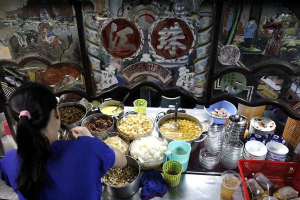 Sau khi đã thăm quan hết các khu chợ và thưởng thức đủ món ăn ngon của người Hoa. Bạn có thể dùng chân lại ngay một quán chè