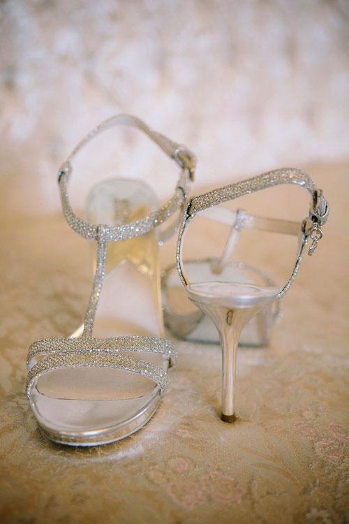 Cô dâu sang trọng với giày cưới màu bạc