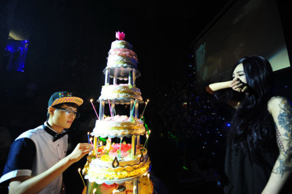 Lin throws a birthday party for Zhou, including a six-layer birthday cake and candles, which moves Zhou to cry on July 28. On this day, Lin expressed her love to Zhou and proposed marriage to her.