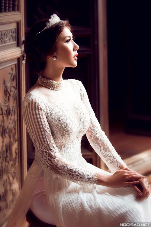 Ngọc Quyên mong manh với áo dài cưới trắng
