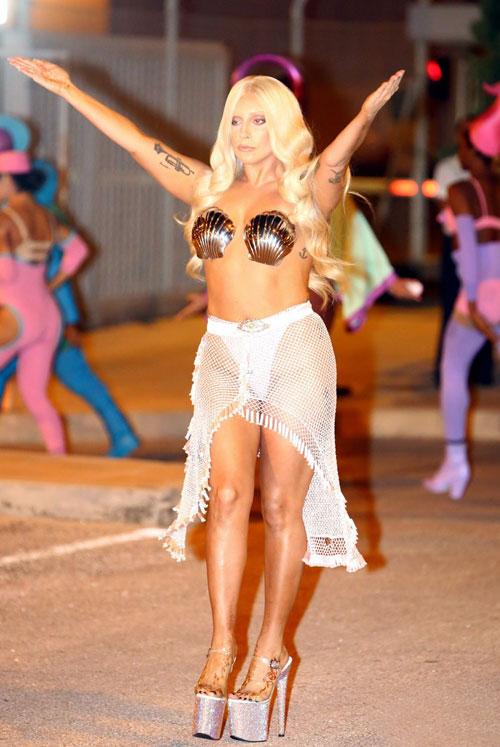 Lady Gaga hóa trang như nữ thần *** khi tới Athens