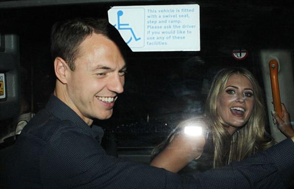 Jonny Evans và bà xã Helen Mconnell tươi tắn trong xe.