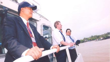 Trung tá Nguyễn Hữu Liệu (trái) trong chuyến tháp tùng bảo vệvị khách VIP trên sông Sài Gòn.
