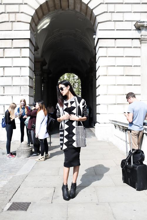 Quán quân của Vietnams Next Top Model gây chọn bộ cánh trắng đen nổi bật theo xu hướng op art khi dạo phố London