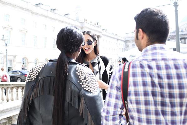 Cô còn gây được ấn tượng với các phóng viên thời trang  khi bước đi trên đường phố London. Hoàng Thuỳ cũng chia sẻ.  Bây  giờ tôi hoàn toàn tự tin để có thể trả lời các câu hỏi của họ mà không còn ấp úng và lo lắng như trước nữa.