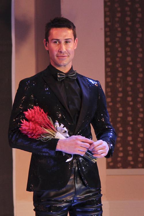 Adam điệu đà với vest sequins.