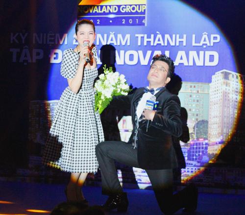 Không giấu được sự mến mộ nàng ca sĩ xinh đẹp, MC Thanh Bạch liền quỳ gối mơ màng