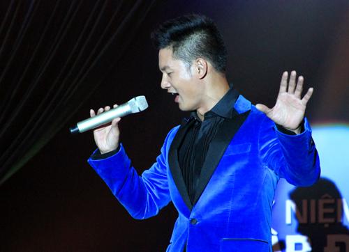 Chương trình còn có sự góp mặt của nam ca sĩ Đức Tuấn...