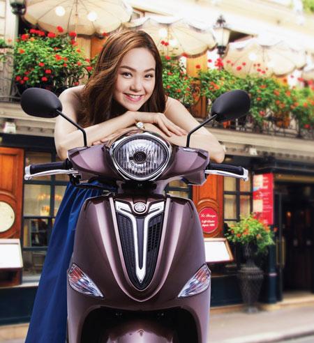 Minh Hằng chạy thử xe với sinh viên Cần Thơ