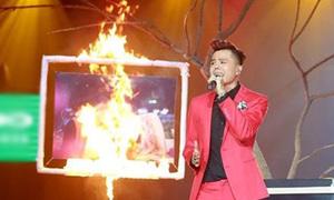 Ảnh Tâm Tít - Trịnh Thăng Bình bị đốt cháy trên sân khấu