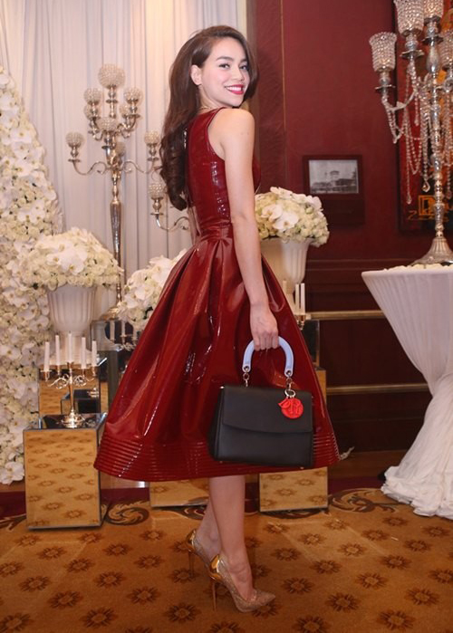 """Hồ Ngọc Hà sở hữu rất nhiều túi xách đắt tiền, tuy nhiên cô hiếm khi mang tiến """"trưng trổ"""" hàng hiệu để gây sức hút."""
