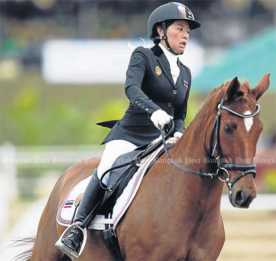 Công chúa 27 tuổi trên lưng ngựa.