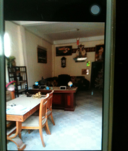 Phòng khách ngôi nhà ma nơi đối tượng lẩn trốn
