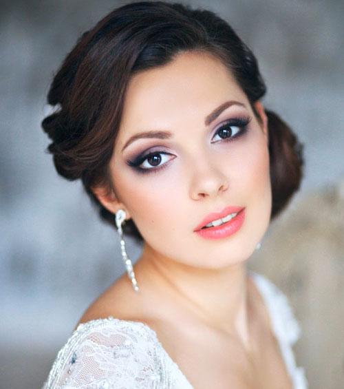 Với mắt khói, chỉ cần thay đổi màu son môi, cô dâu sẽ có diện mạo hoàn hảo cho bữa tiệc tối sang trọng.