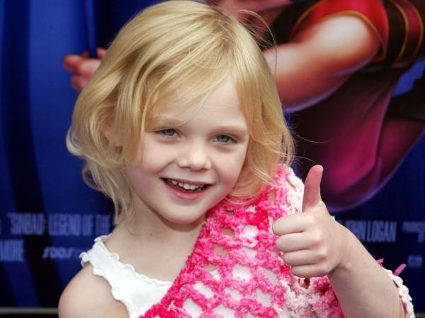 Elle Fanning đóng phim từ năm 2 tuổi nhờ danh tiếng của cô chị gái Dakota Fanning.