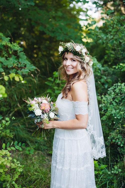Để tô điểm cho phong cách bohemian phóng khoáng, bay bổng, cô dâu có thể kết hợp voan và vòng hoa đội đầu. Mái tóc thả xõa tự nhiên, đánh rối nhẹ nhàng.