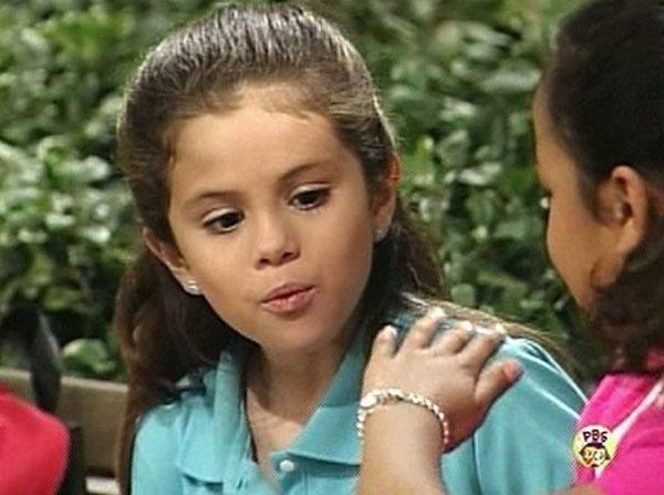 """Selena Gomez chạm ngõ điện ảnh năm 10 tuổi với phim """"Barney & Friends"""" (từ năm 2002 đến 2004). Nhờ tài năng diễn xuất và ca hát cũng như ngoại hình dễ thương, Selena đã được mệnh danh là """"công chúa Disney"""" trong suốt nhiều năm."""