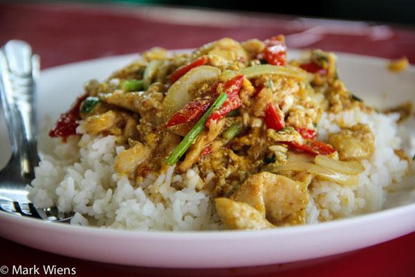 [Caption] MónGai pad pongali được làm từ cơm, gà, trứng và cà ri.