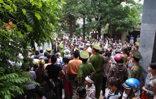 Hàng nghìn người dân địa phương kéo về trụ sở tòa án huyện Triệu Sơn theo dõi phiên tòa