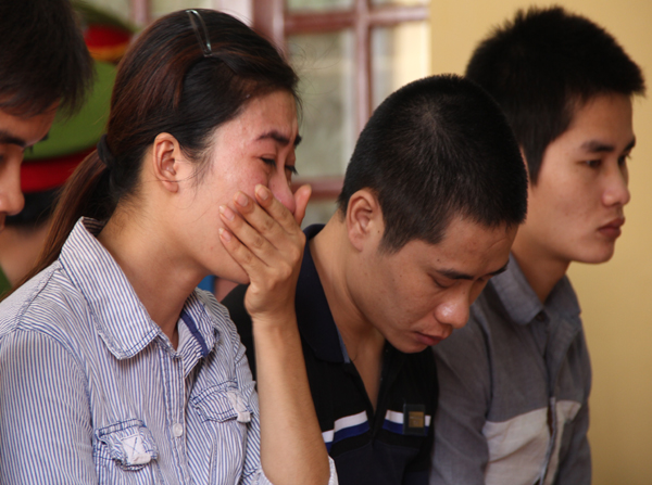 Nghe chồng bị tuyên án tử, chị Nguyễn Thị Hiền ôm mặt khóc nức nở