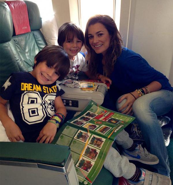 Alena Seredova bên hai cậu con trai Louis Thomas và David Lee