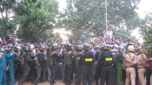 Công an tỉnh Bình Thuận huy động hơn 100 chiến sĩ bảo vệ tại UBND xã Hồng Thái. Ảnh: Hoàng Trường