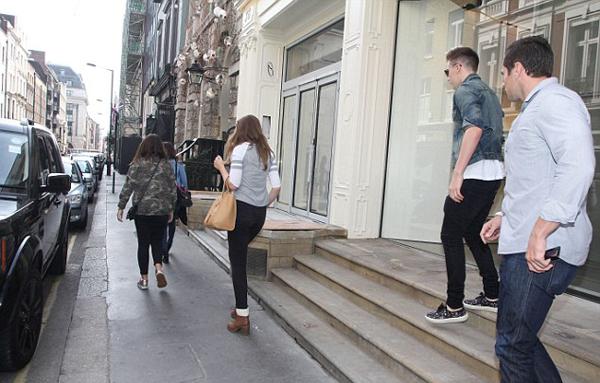 Không đi một mình tới cửa hàng của mẹ, hot boy 15 tuổi còn đưa một vài cô bạn gái đi cùng.