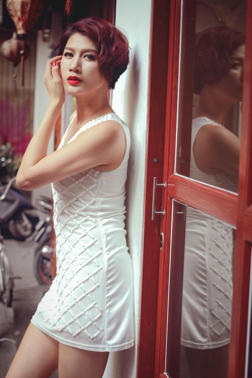 Sau thời gian dài tham gia chương trình truyền hình thực tế và dự án phim Hương Ga, Trang Trần trở lại công việc của người mẫu với hình ảnh tràn trề nữ tính và quyến rũ.