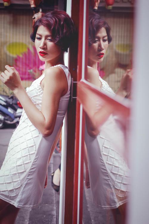 Trong bộ ảnh thời trang mới, Trang Trần đưa ra gợi ý thú vị trong việc xây dựng hình ảnh cho các bạn gái với nét sexy và nữ tính hơn với cách trang điểm tự nhiên kết hợp với sóng tóc xoăn nhẹ.