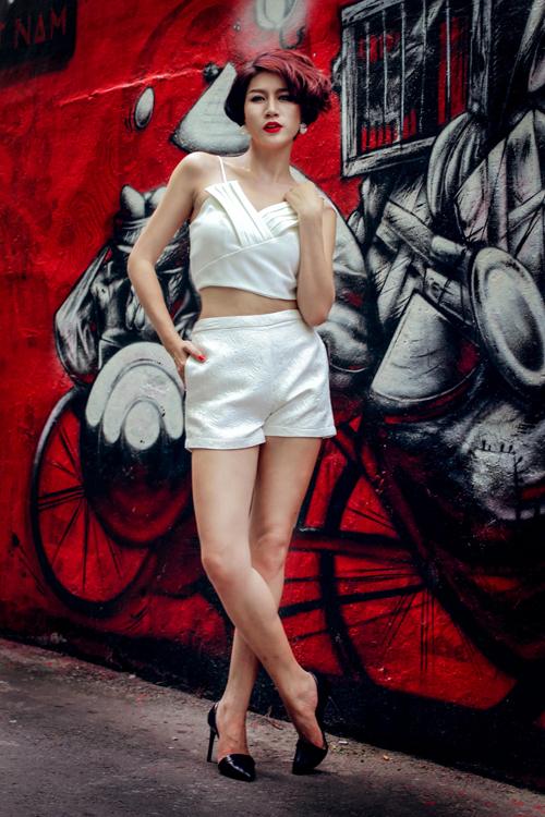 Bộ sưu tập được xây dựng trên sắc trắng tinh khôi cùng những kiểu dáng trang phục tôn nét gợi cảm.