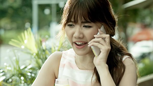 """Để """"phục tùng"""" yêu cầu của bạn gái, Sơn Tùng cùng bạn thân là Ngô Kiến Huy phải chạy vội vào một quán cà phê để xin wifi nhưng đành """"bất lực"""" do có quá đông người dùng."""