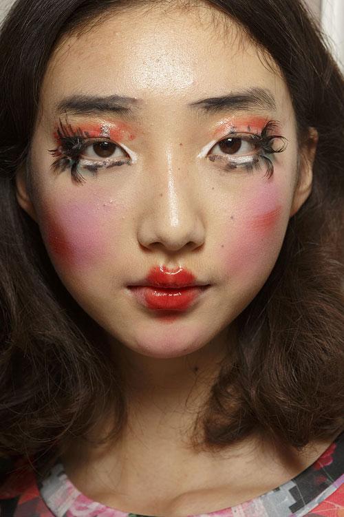 9 kiểu make-up kinh dị tại Paris Fashion Week