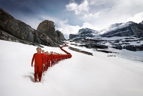 Tạo hình ấn tượng của hàng trăm nhà leo núi trên đỉnh Alps