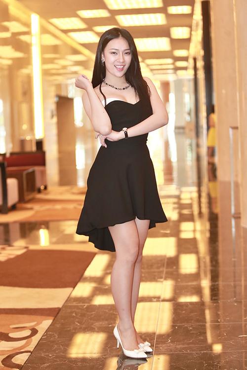 Hạ Hồng Vân, Á khôi 1 Miss Ngôi Sao 2013 tươi tắn trong bộ váy quây đen - trắng. Cô 'Chít' ngày nào giờ đã là một phụ nữ quyến rũ, trưởng thành.