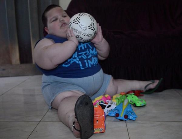 Các bác sĩ cho biết cậu bé có thể đang mắc chứng Prader-Willi, một căn bệnh di truyền hiếm gặp với biểu hiện nổi bật là đói liên tục và luôn thèm ăn. Thông thường những đứa trẻ mắc chứng bệnh này sẽ ăn gấp 3 đến 6 lần người thường, thậm chí khi đã ăn xong vẫn không thấy no.