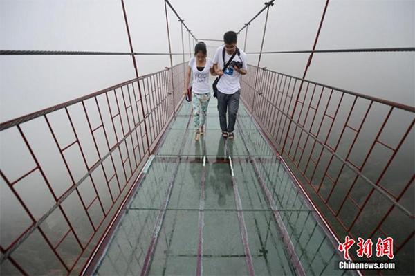 Cầu có chiều dài 300 m bắc qua hai ngọn núi, với phần giữa lối đi được thay thế bằng kính trong có chịu lực.