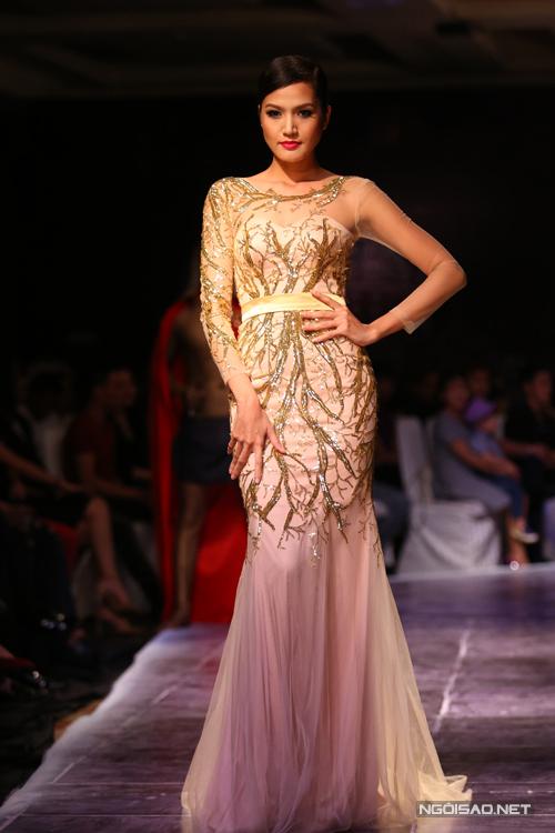 Bộ sưu tập giới thiệu các mẫu váy dạ tiệc mới nhất của nhà thiết kế Ngọc Long dành cho mùa Thu/Đông 2014.