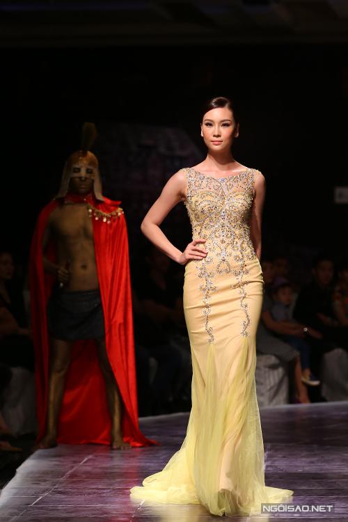 Màu vàng hoàng gia được chọn làm sắc màu chủ đạo trong bộ sưu tập lần này của Ngọc Long.