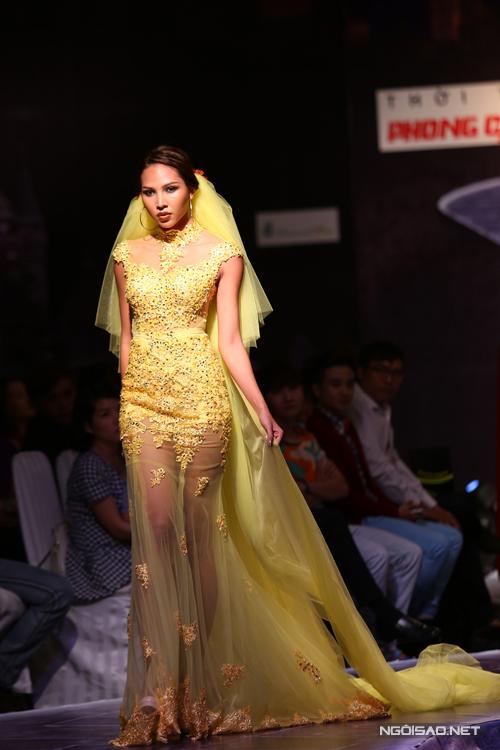 Siêu mẫu Minh Triệu xuất hiện nổi bật với váy dạ hội xuyên thấu trong chương trình Phong cách trẻ được tổ chức tại TP HCM vào ngày 29/9.