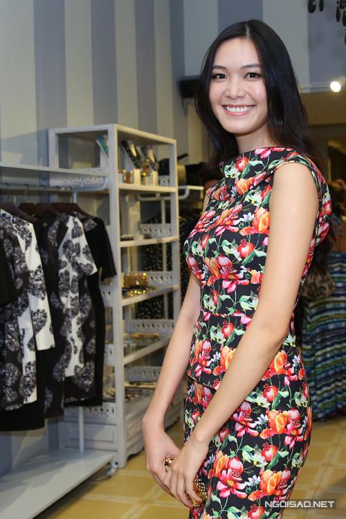 Hoa hậu Thùy Dung gợi cảm cùng váy ôm khít eo in họa tiết hoa lá đẹp mắt.