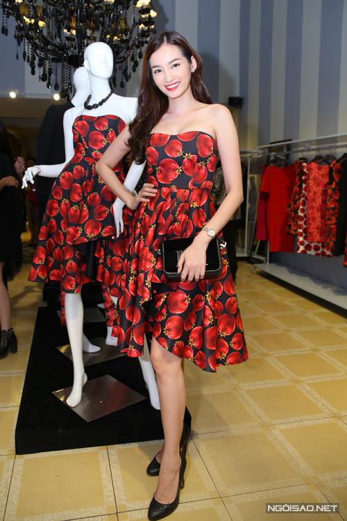 Trúc Diễm đáng yêu hơn với váy xòe in họa tiết trái cây chín mọng.