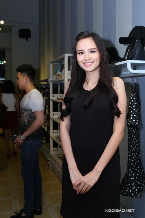 Diễm Hương đã thử 3 mẫu váy suông với gam màu và kiểu dáng khác nhau.