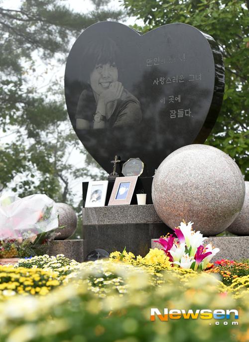 Mẹ Choi Jin Sil ngậm ngùi bên mộ hai con