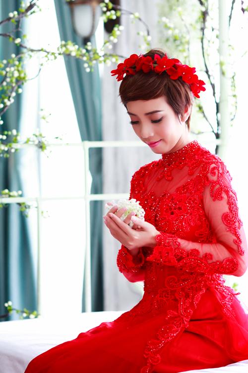 Áo dài cưới màu đỏ nổi bật ngày vu quy