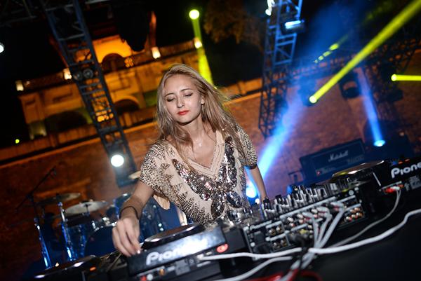 Cuối cùng là phần diễn của nữ DJ người Nhật Cliffe. Thứ nhạc House/Techno của cô vừa nhẹ nhàng, nữ tính, nhưng cũng kích động và khơi gợi sự nổi loạn ngầm trong người nghe. Trong 3 ngày diễn ra Festival, Cliffe là một trong những DJ được biểu diễn lâu nhất và cũng được khán giả yêu cầu với nhiều lời hò hét, cổ vũ.