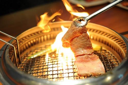 Yếu tố thứ 3 đó làm nên sự thành công của King BBQ là việc áp dụng cách nướng thịt trên bếp than hồng không khói vô cùng độc đáo, thay vì sử dụng các loại bếp nướng công nghệ hiện đại.