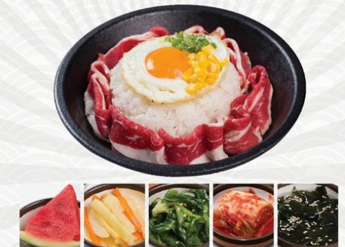Thưởng thức món đĩa nóng mới của nhà hàng: cơm thịt bò Mỹ và trứng nhiều năng lượng, cơm gà sốt Teriyaki đậm đà... với giá chỉ từ 69.000 đồng. Ngoài ra, nhà hàng còn tặng 5 phần panchan truyền thống của Hàn Quốc, 1 phần nước ngọt để bữa ăn của thực khách thêm phần trọn vẹn.