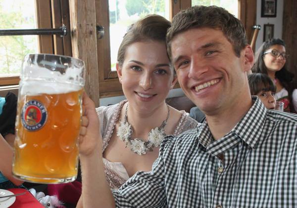 Thomas Muller toe tét bên cô vợ Lisa xinh đẹp.
