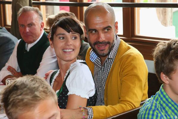 Vợ chồng HLV Pep Guardiola